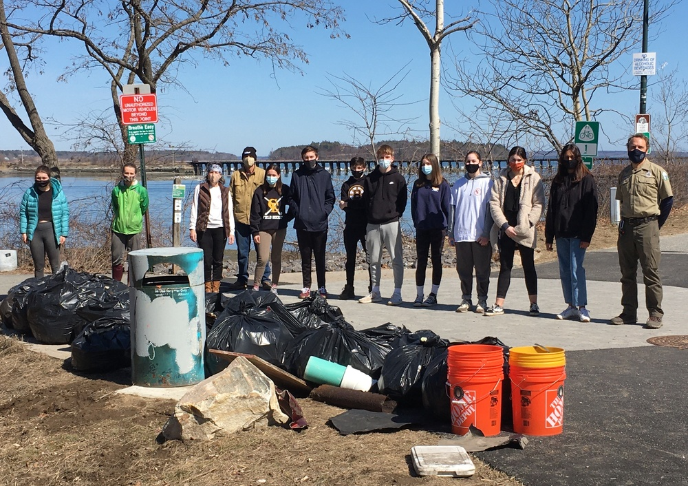 Volunteer Club:  picking up trash on East End Portland Trail